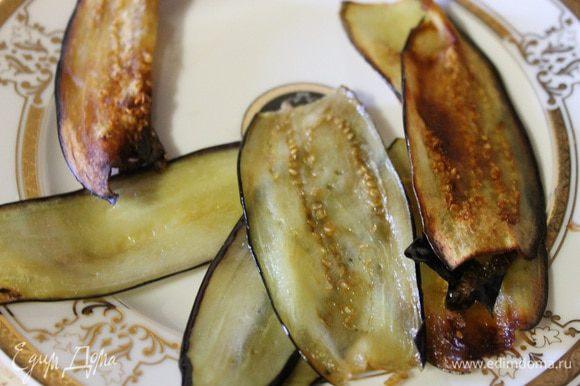 Баклажаны тонко нарезать вдоль, (понадобится 6 полосок). И обжарить с 2 ст.л. растительного масла.