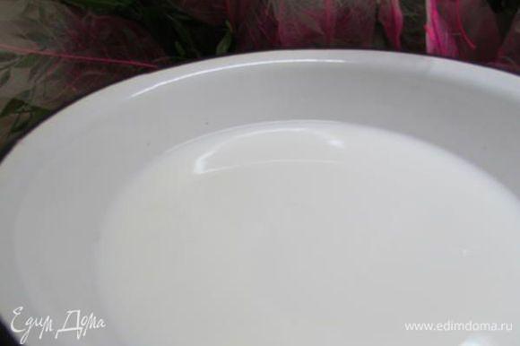 Молоко слегка подогреть, влить в яичную массу и хорошо перемешать.
