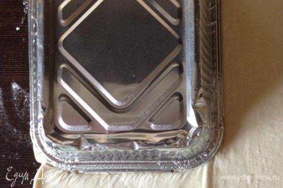 Вырежем из слоеного теста по форме «крышечки» пирога. Мне как раз хватило 1 пласта (половины 450 г упаковки). Но в оригинале идет целая упаковка.