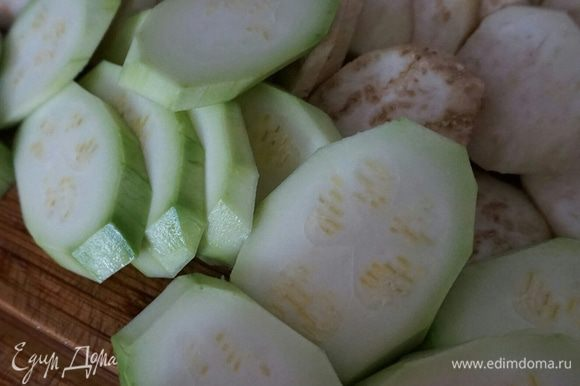 Баклажан и кабачок почистить, порезать кольцами, помидор можно не чистить, чтоб он сохранил свою форму, порезать также, в зависимости от размера.