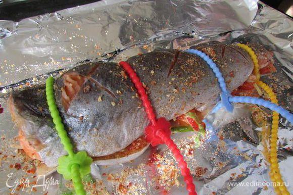Накройте начинку вторым куском филе, слегка прижмите. Свяжите концы бечёвок. Поставьте противень в духовку и нагрейте её до 220 градусов.