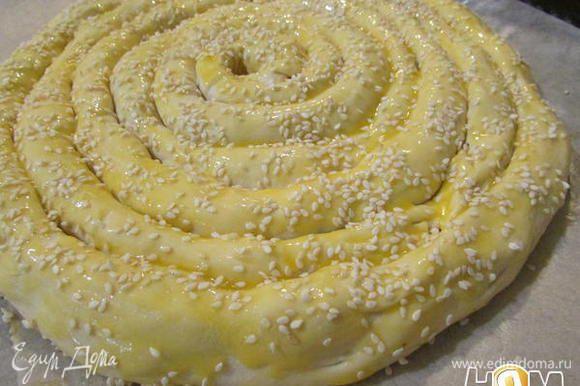 Пирог смажьте яичным желтком и посыпьте кунжутом. Вот такой пирог получается. Выпекать слоеный пирог при температуре 200 градусов 30-35 минут.