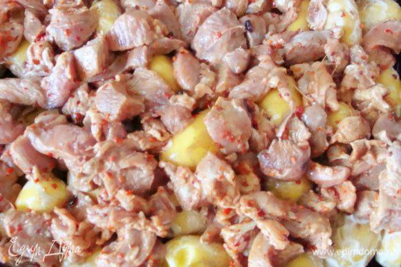 Выложить на противень в один слой, сверху промаринованное мясо.