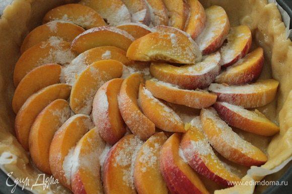 Персики вымыть, нарезать дольками, равномерно распределить, через ситечко слегка присыпать крахмалом.