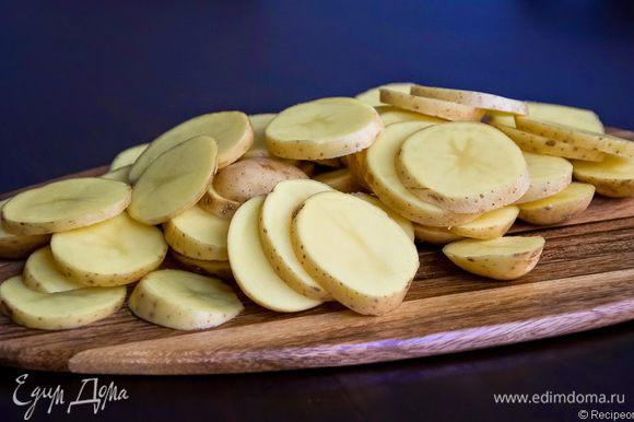 Нарезаем картошку кружочками, добавляем в кипящий бульон и варим до готовности.