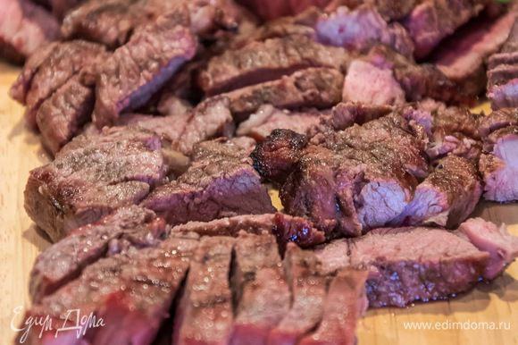 Мясо надо приготовить на гриле или обжарить в небольшом количестве масла. Мясо не должно получиться жирным. Нарежьте его пластинками пока оно ещё горячее.
