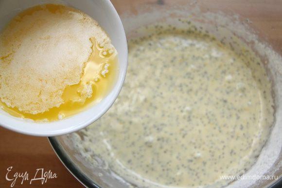 В тесто влить растопленное сливочное масло.