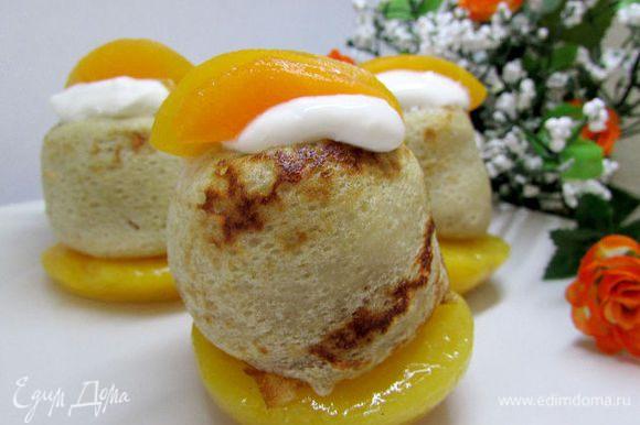 Перед подачей на тарелку налить компот от персика. Затем поставить половинку персика с блинчиком (той частью где был хвостик от улитки), сверху можно положить 1 ч. л. жирной сметаны или мороженого и украсить по вкусу. Приятного аппетита!
