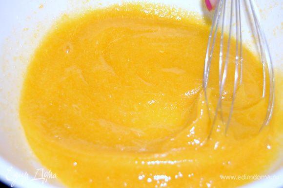 Добавляем 3 крупных (или 4 средних) яйца, соду гашеную уксусом и водку. Все тщательно перемешиваем.