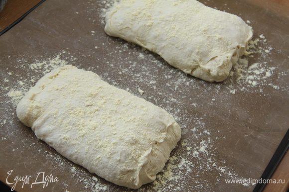 Выложить заготовки хлеба на присыпанный мукой антипригарный лист. Края каждой чиабатты защипать. Сверху слегка присыпать кукурузной мукой. Оставить на расстойку на 45-60 минут под полотенцем.