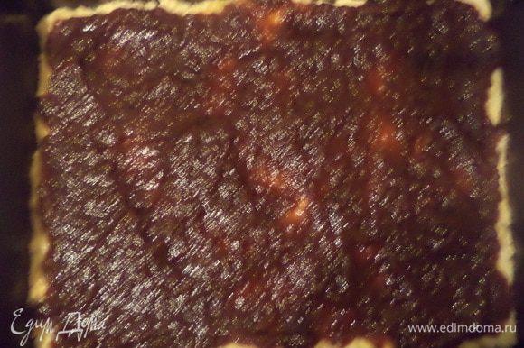 Прямоугольную форму для выпечки смазать маслом, присыпать мукой. Тестом выстелить форму, в нескольких местах проткнуть вилкой. Намазать корж повидлом. Выпекать до полуготовности при температуре 180 градусов 15 - 20 минут.