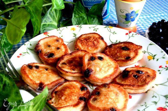 Оставшуюся начинку я использовала сразу на вкусные оладьи: http://www.edimdoma.ru/retsepty/68189-oladi-so-svezhey-chernikoy-na-smetane