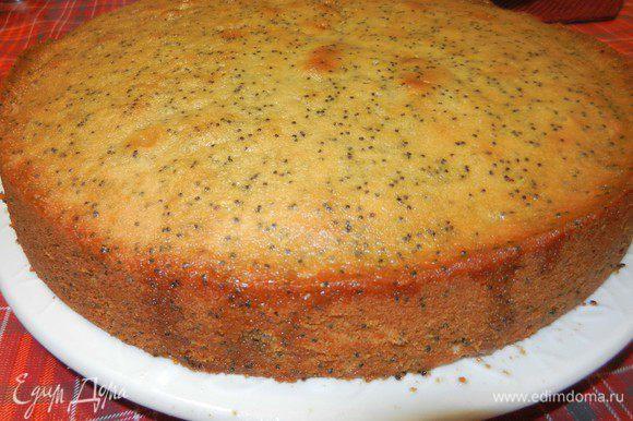 В 2 ст.л. горячей воды добавить 3/4 ст. сахарной пудры, смешать до однородности. Добавить 6 ст.л. свежевыжатого сока лайма, перемешать. Полить сверху горячий пирог, давая впитаться. Пирог охладить. Разрезать на 12 частей.