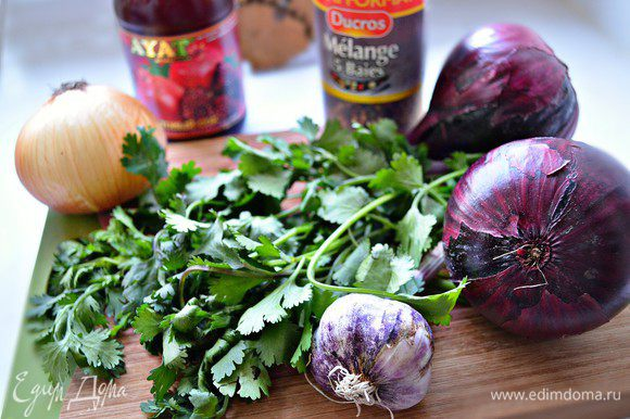 Овощи и зелень подготовить, помыть. Лук нарезать на 4-6 частей, зелень мелко порубить.