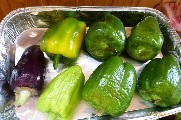 Выкладываем перцы в форму для запекания, сбрызнув оливковым маслом со всех сторон.