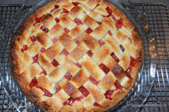 Форму с пирогом поставить на лист, выложенный фольгой (начинка будет сочная и может вытекать) и выпекать в течение 40 минут. Достать из духовки и охладить в течение 3 часов перед тем как нарезать (нужно дать начинке застыть).