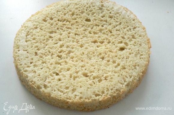 Достать бисквит, вынуть из формы и дать остыть.