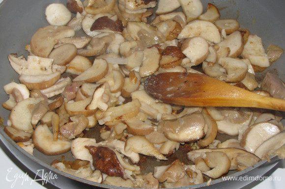 Грибы нарезать пластинками не слишком мелко и обжарить на растительном масле минут 5. В конце жарки добавить мелкорубленный чеснок, посолить. Грибы выложить в горшочки сверху на мясо.