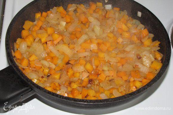 Лук нарезать полукольцами, морковь мелким кубиком. Обжарить лук до прозрачности, затем добавить морковь и жарить еще минут 5-7. Морковь с луком так же разложить по горшочкам.