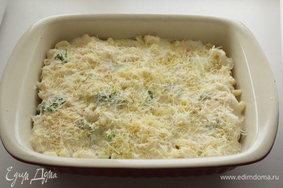 Полить соусом макароны. Посыпать хлебной крошкой, тертым пармезаном. Поставить в духовку, при средней температуре запекать 15-20 минут.