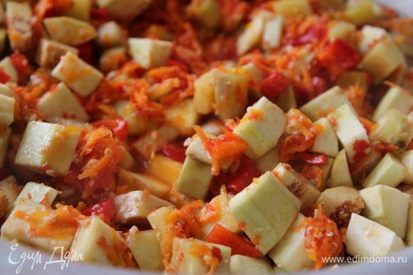 Когда смесь закипит, добавляем туда остальные составляющие: морковь, перец и баклажаны. С момента закипания тушим 30 минут.