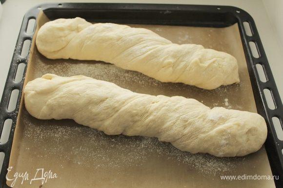 Включаем духовку на 200 градусов. Пока духовка прогревается, багет оставляем еще подходить, примерно 20-25 минут. Ставим в духовку вниз небольшую емкость с горячей водой и выпекаем багет 20-25 минут.