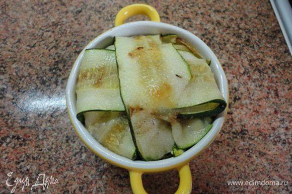 Выложить начинку и подвернуть листочки, закрыв сверху начинку. Запекать в духовке 20 минут при температуре 190 градусов.