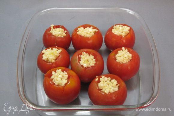 Подготовленные помидоры выложить в контейнер.