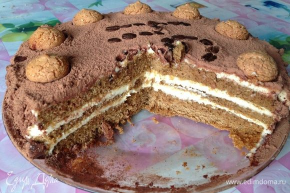 А вот и разрез. Фотографировала уже на телефон, так как торт был сделан на вынос...