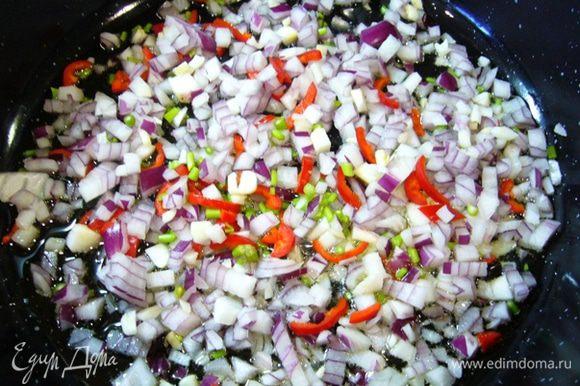 Красную луковицу, чеснок мелко порубить. У кинзы отдельно измельчить веточки, листья мелко порубить. Свежий перец чили тонко нарезать (семена я удалила). В сотейнике с разогретым оливковым маслом обжарить лук, чеснок, рубленые веточки кинзы, бОльшую часть перца чили (оставить немного для подачи) – 10 мин.