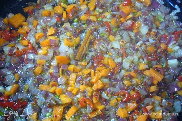 За это время нарезать морковь. Добавить в сотейник морковь, паприку, корицу, половину зиры и обжаривать еще 5 мин.