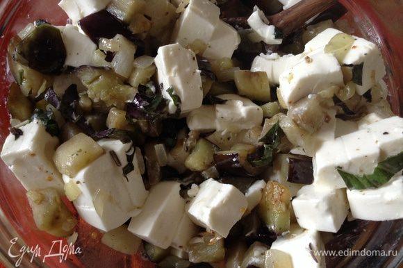 Баклажаны переложить в тарелку, добавить зелень (у меня базилик), фетаксу (нарезанную кубиками) и все перемешать.