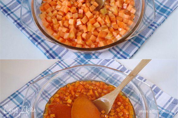 В горячий сироп опустить нарезанную морковь, цедру и сок половины апельсина, 2 щепотки черного молотого перца и 1/4 ч.л. корицы. Поставить кастрюлю на огонь, варить в течение 20-25 минут. Снять с огня, остудить.