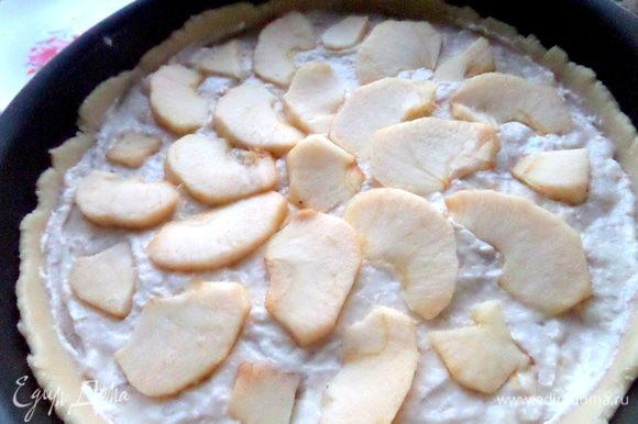 Выложить на кремовую основу яблоко лепестками.