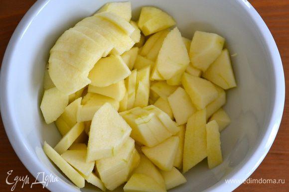 Духовку включить разогреваться на 200 С. Яблоки вымыть, очистить от кожуры и нарезать мелкими кубиками.