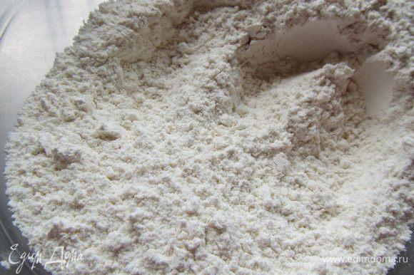 Разогреваем духовку до 190 гр. Смешиваем сухие ингредиенты - муку, соль, разрыхлитель и сахар.