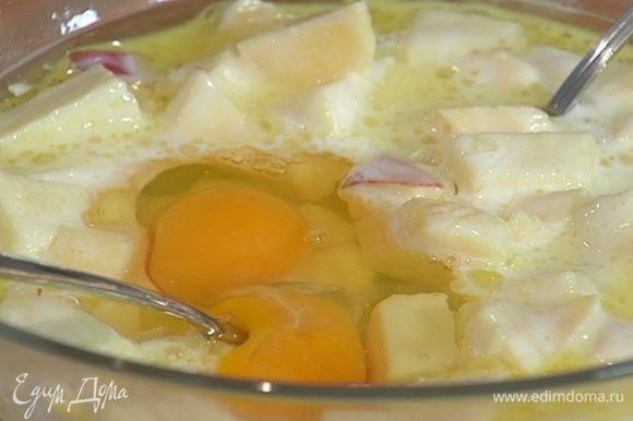 Соединить нарезанные яблоки с 6 ст. ложками оливкового масла, молоком и йогуртом, добавить яйца, сахар и все перемешать.