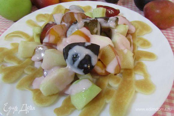 На тарелку положить блинчик. На него выложить фрукты с соком (если он образовался) и полить 2 ст. л. йогурта.
