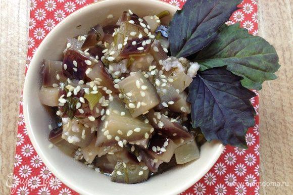 Переложить в салатник и посыпать кунжутом.