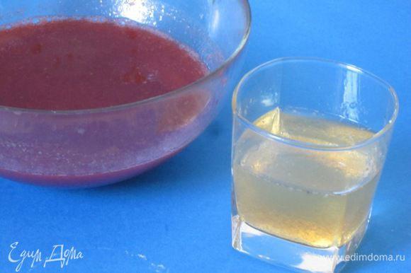 Желатин замочить в оставшейся холодной кипяченой воде - 140 мл. Оставить на 40 минут.
