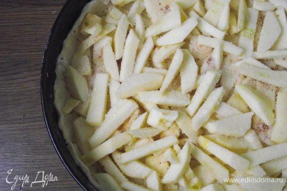 С яблок снять кожуру и нарезать их крупной соломкой. Посыпать корицей, сахаром и ванильным сахаром.