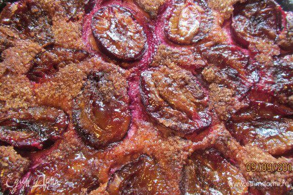 Достаем наш пирог и посыпаем его коричным сахаром. Выпекаем еще 20 минут. После этого увеличиваем температуру до 230гр и запекаем еще 5 минут - чтобы корочка закарамелизировалась. В этот ответственный момент далеко не уходим - следим, чтобы не подгорело.