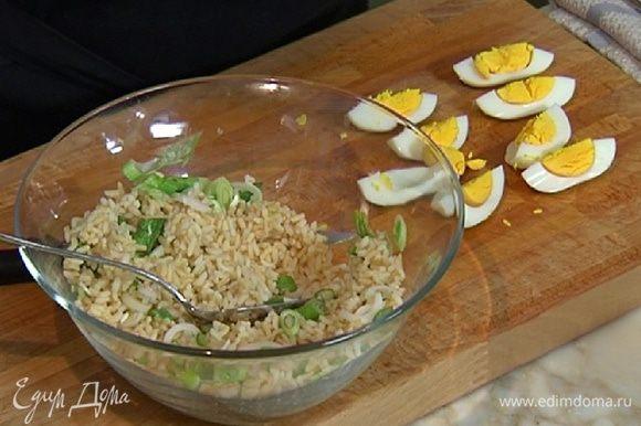 Яйца отварить вкрутую и разрезать вдоль на 4 части.