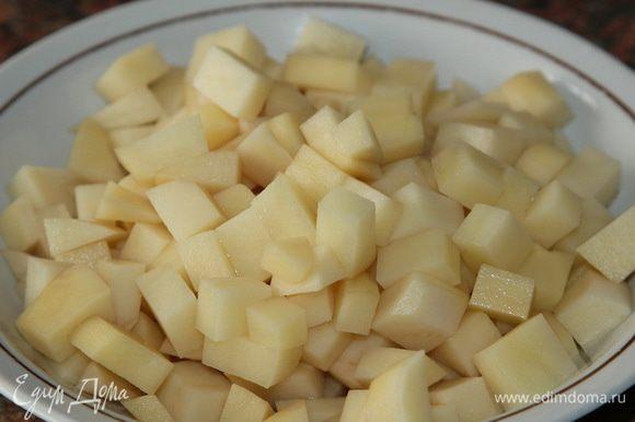 Картофель нарезаем тоже мелким кубиком и отправляем в кипящую воду.