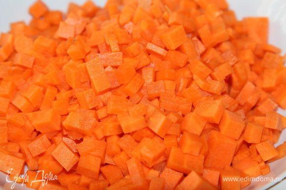 Туда же отправляем морковь и оставляем готовиться минут на 20.
