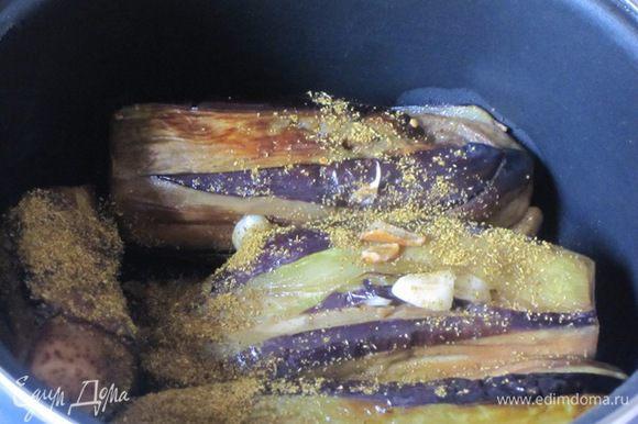 Сложить баклажаны в небольшую кастрюлю, засыпать хмели-сунели.