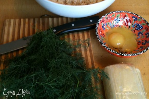 Сыры натереть, добавить творог, мелко нарезанный укроп. Соли не добавляла, у меня была очень соленая брынза.