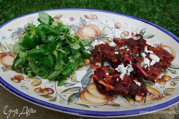 Овощные оладьи посыпать оставшейся измельченной фетой, листьями тимьяна и подавать с салатом.