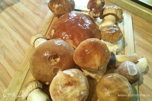 В кастрюлю налить воды ( 0,5 стакана на 1 кг. грибов, я добавляю чуть больше), добавить уксус, соль. Выложить грибы и приступить к варке.