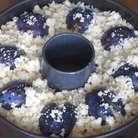 Крошкой посыпать сверху пирог.Выпекать в разогретой до 200 ° С духовке 40 минут.